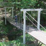 霊山トレーニングセンターのシンボル アトリエ棟に行く吊り橋